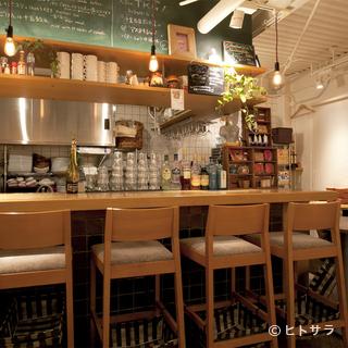 フランスのマルシェにある食堂のような、明るくオシャレな店内