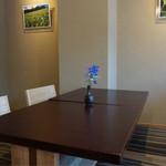 茶三楽 - テーブル席