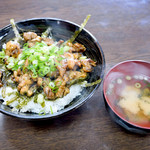 かしわの武内 - ミックス丼と味噌汁