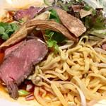 五香路 - 麺は平打ちの中太麺