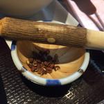 五香路 - 花椒は小さなすり鉢に入ってくる