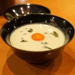 71979375 - 吸物 秋田産枝豆の冷製すり流し、秋田じゅん菜と温泉卵の卵黄入り