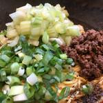 汁なし担々麺 階杉 - 汁なし担担麺 5辛ヨガフレイム  セロリトッピングのアップ〜(*^▽^*)❤️