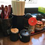 汁なし担々麺 階杉 - 卓上調味料たち