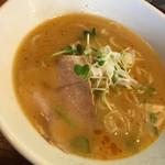 支那蕎麦 陽 - 低温でじっくり煮出した濃厚な鶏白湯スープに、自家製の平打ち麺、チャーシュー、ネギ、カイワレがトッピング〜(*^▽^*)