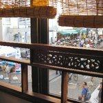 台湾茶藝館 月和茶 - 店内の窓からは東急裏の様子が良く見える