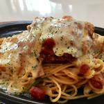 プラージュ - トマトスパゲティの上には、チキンカツとチーズが!!