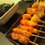 串かつ市場 - 左から、串カツ、豚かつ、じゃがいも、玉ねぎ、トマト、ししとう。