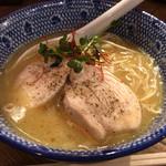 麺Dining比内地鶏白湯らーめん志道 - らーめん塩ハーフ 580円。