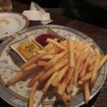 ハーフ ペニー - 友人が大好きなジャガイモ料理はフレンチフライ、おつまみの価格設定は大体500円前後でした。