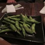 ハーフ ペニー - 枝豆は少し焼かれてテーブルに運ばれてきました。  焼いた枝豆は私には案外意表をつかれました。