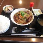 72013895 - 牛スジ煮込み定食880円