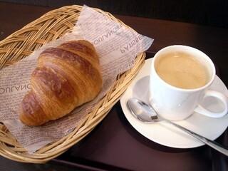 ブーランジェリー&カフェ マンマーノ - ホットコーヒー&クロワッサン