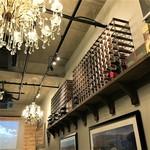 ビストロ ワイン屋 - 店内シャンデリアとワイン棚 リストランテワイン屋オセアニア産ワイン輸入元直営3号店ダイニングバー