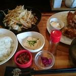 72023300 - ハーフ&ハーフ定食 972円(税込)                       野菜炒め&唐揚げ