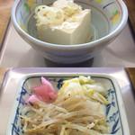 もつ煮屋 日の出食堂 - 「冷や奴」と「漬物 3種類(モヤシナムル、白菜漬物、桃色大根煮)」このモヤシナムル、なかなかに美味である。