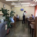 もつ煮屋 日の出食堂 - 『もつ煮屋 日の出食堂』店舗内観1「テーブル席」
