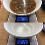 もつ煮屋 日の出食堂 - 麺・具材重量 393g、スープ重量 330g。