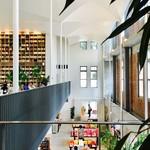 72025687 - 2Fが喫茶スペースで1Fが売店。さすが札幌本館、団体客も対応可能な広さですね。