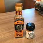 ステーキのどん - 見慣れぬ調味料を発見! かける味噌&スパイシーソース