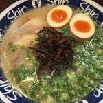 博多らーめん ShinShin - きくらげ 煮玉子 一蘭と違い大サービス スープの味が濃ければね