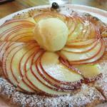 ピッツェリア グランデ - ドルチェ・ピッツァ。アップルパイ風で、薄くスライスされたリンゴのサクサク感が爽やかです。