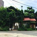 72036163 - 植物に囲まれた古家は可愛らしい赤い屋根をしています。