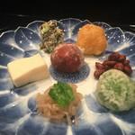 京懐石 八泉 - 八寸は、8月しか使用しないという渋めの蓮柄のお皿に、色鮮やかで華やかな品々が・・・