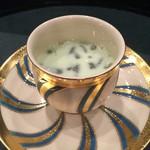 京懐石 八泉 - 枝豆のすり流しはじゅんさいとの相性が素敵で喉越しで食欲を盛り上げてくれます。