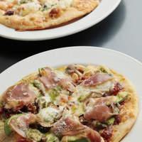 食房ヴェルデュール - 生ハムとアボガドのピザ
