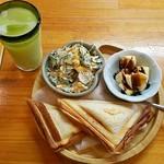 なごみ茶屋まるこ - 料理写真:メロンジュース・ストレート(520円)、モーニング(ホットサンド)