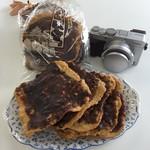 伊藤菓子店 - かりんとう…カメラを置いて大きさを比べてみました。