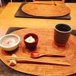 玄米食の店 のら - 柿の葉茶、胡麻豆腐、黒豆の冷製スープ