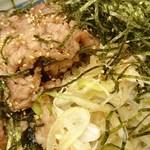 丸亀製麺 - 肉・ネギ・海苔がこんもりと