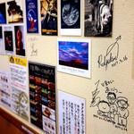 火星カレー - サインや写真がいっぱい。