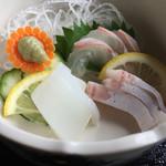 だんだん館 - お刺身3品。鯛、ハマチ、イカ。どれも新鮮です。