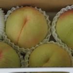 荒川桃第1生産組合 第1直売所 - 料理写真:2日後が食べ頃の熟れてない桃を購入しました。
