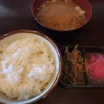 めぞん・ド・グリエ - ご飯と味噌汁そして小鉢の香の物と自家製らしいキンピラ