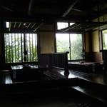 ほたる   - 天井が高く間接照明多用の店内