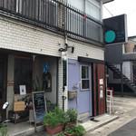 blue dot cafe - 阪急桂駅東口の裏路地の住宅街にある目立たないお店です。ランチは特に、地元の常連女性が多いですね。