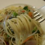 ベルギービール アントワープ セントラル - 10種野菜のペペロンチーノ;麺はこんな感じ