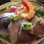 72074733 - 海鮮丼(大盛)、1080円(土日祝祭日料金)
