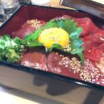 桜肉寿司と飛騨牛もつ鍋 TATE-GAMI - 豪華馬刺三味丼980円