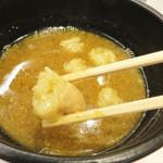 つけ麺Tetsuji - 魚介の香ばしい香りと旨味が一杯です。 噛み締めると甘味ジュワッのプリプリ丸腸も美味しいです。