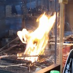 炭火焼 みや澤 - 藁焼き中!