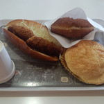 リヨンセレブ - 料理写真:コロッケコッペ(200円)、カレーパン(100円)、ブリオッシュメロンパン(120円)