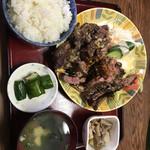 松の家 - 牛肉にんにく醤油焼き定食おかずの大盛り       何故か写真を横に向けられない