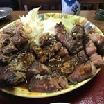松の家 - 牛肉にんにく醤油焼き定食おかずの大盛り       肉を平らにしてみた!