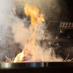 炭火焼 みや澤 - 藁焼き中、