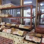 ベーカリーハカタ - 他に、食パンやロールパン、ホットドッグやハンバーガーなどの調理パン、 メロンパン・アンパン・クリームパンなどの菓子パンがあります。